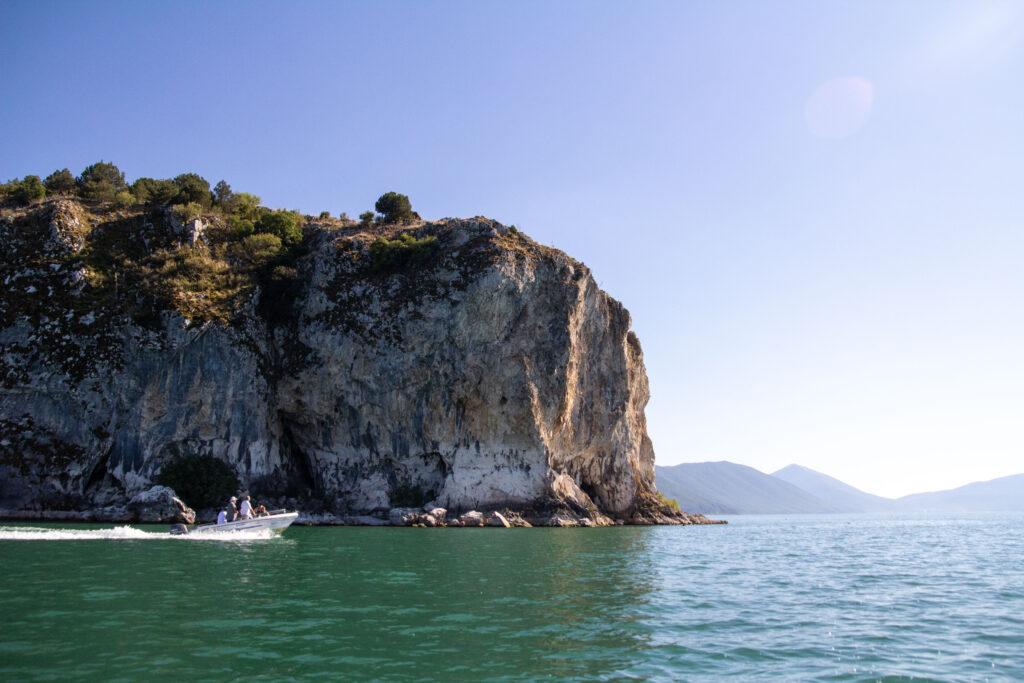 Η παλαιά στάθμη της λίμνης είναι εμφανής στα απότομα βράχια της ακτής/ Ε. Καζίλα- Αρχείο ΦΔΕΠαΠ